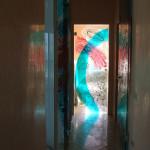6 - inserimento nel luogo - vetro di sicurezza inciso e dipinto in tecnica mista